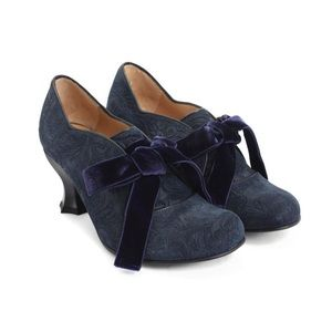 JOHN FLUEVOG Elisabetta Navy Baroque Scallop Heels
